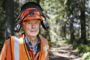 Göte Österman fick nyligen pris av Mellanskog för sitt engagemang. Sedan stormen i januari har han jobbat med att kapa träd i skogen nästan varje dag.