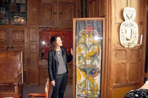 Karin Larssons väv har inspirerat H&M:s designer till deras nya kollektion, som kommer 19 april. Chia Jonsson, chef vid Carl Larssongården, visar gobelängen, som Karin vävde efter en tavla som Carl Larsson målade, Pegasus.