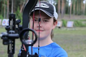 19-åriga Kumlabon Caroline Käck tillhör numera eliten i Sverige när det gäller tävlingsgrenen compound. Hon tävlar för Järnvägens bågskytteförening.