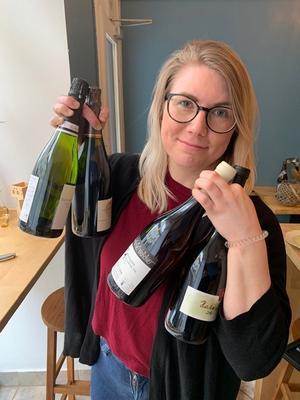 Restaurangchefen Evelina Gunnahr med vinflaskorna i högsta hugg. Bild: Privat