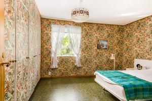 Sovrum med tapetserade garderobsdörrar. Bild: Länsförsäkringar Fastighetsförmedling Sundsvall