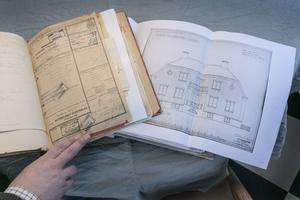 I två pärmar finns det mesta om husets historia. En av pärmarna har titeln