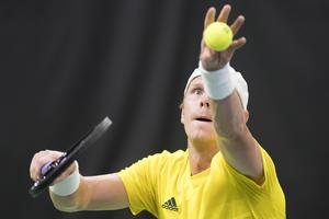 Markus Andersson servar i en match mot Schweiz i Davis Cup förra året. Foto: Peter Schneider