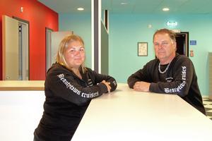 Mia Skult, vice ordförande, och Roger Fridolfsson, ordförande, är nöjda över den nybyggda lokalen. I väntan på att den ska bli klar har medlemmarna haft tillgång till fiket i Folkets hus.