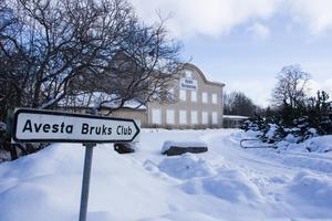 Bruksklubben har stått tom under många år och Gamla Byn, som köpte fastigheten 2009, hade planer på att bygga bostäder där. Men planerna har stött på patrull flera gånger på grund av närheten till järnvägen.