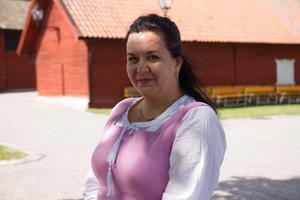 Jelena Laur har också tagit på sig medeltidskläder.