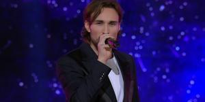 Kevin Walker sjöng sin nya låt under kvällens resultatshow i Idol. Skärmklipp: TV4