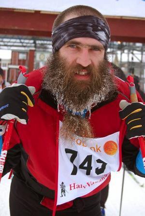 Frostbiten. Med istappar dinglande i skägget skidade förstagångsåkaren Jan Wiberg, Tärnsjö, över HalvVasans mållinje.