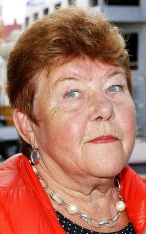 Inger Lindholm, 69 år, Körfältet:   – Ja. Jag ska sälja kolbullar på Jamtli, för Jamtlis gynnare. Man träffar så mycket folk, och trevligt folk. Det är ingen som klagar fastän vi har långa köer.