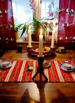De mesta hemma hos Crister och hans familj har en lång historia. Ljusstaken är från sekelskiftet 1800-1900. Den står på köksbordet inför varje jul sedan Crister fyndade den på en loppis.