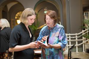 Saga fick författaren Agneta Blomqvists Berlin bok. En litterär guidebok där Lars har skrivit förordet och en av texterna. Agneta är Lars maka.