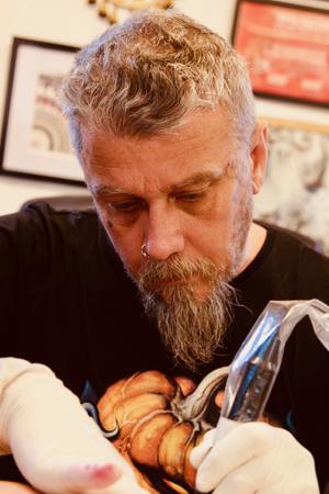 Jocke Hultman har lång erfarenhet som tatuerare.