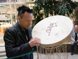 Ola Stinnerbom med sin samiska trumma, som han spelar på och jojkar in i.