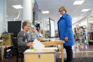 Karin Karlsbro röstar på Norrtälje stadsbibliotek.