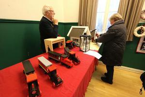 Ulf Karlsson bygger både tåg och fågelhus i trä.