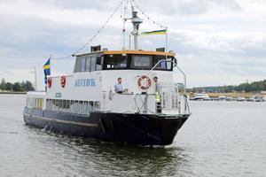 M/S Wettervik är på väg in mot hamn efter en dagstur i Askersunds skärgård med ett 30-tal  pensionärer.
