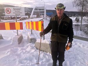 Tryggve Olsson och många andra bybor kan nu konstatera att det äntligen börjar hända saker vid den avstängda bron.