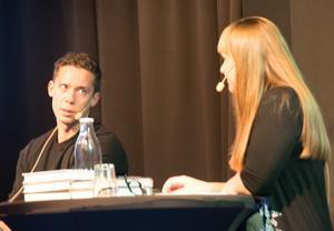 Pascal Engman i samspråk med moderator Kerstin Bergman.