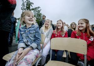 Pirrigt inför Avicii-sången. Stina och klasskompisarna Märta Bergström, Ellen Nelander och Elsa Nelander laddar upp inför framträdandet på Sörbyängsskolans skolavslutning.