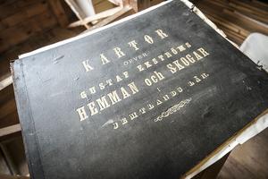 En bok som innehåller alla de gårdar och skogar som Gustaf Ekström ägde, här kan man se att han ägde skiften över hela Jämtland.