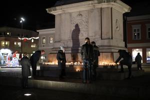 Människor samlas vid Kungstorget för att tända ljus på fredagskvällen efter att polisen meddelat att allt hopp att hitta den försvunna 17-åringen vid liv är släckt.