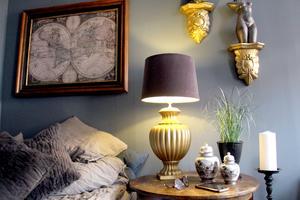 Storkonsument av sprejfärg. Den gyllene lampfoten var tidigare orange och vägghyllorna har varit vita.