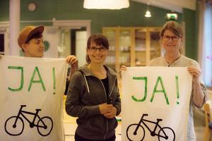 Maia Mattis Nilsson, Alenka Jejcic och Kristin Persson i Fridays for future Södertälje förberedde fredagens demonstration i Banderollverkstaden i Lina kyrka på onsdagskvällen.