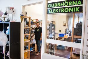 I gubbrummet hittar man elektroniska prylar som klockradio, dataspel och projektorer men där finns även gamla LP-skivor.