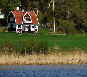Granne med sjön eller älven. Vem vill inte bo så här? Foto Hasse Holmberg / SCANPIX