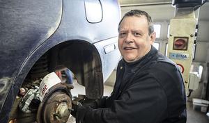 Ingvar Johansson är vice ordförande i Rätans snöskoterklubb. Han tror att dagens maskiner är inte byggda för den traditionella leddåkningen. För dessa nya maskiner inbjuder att åka utanför leden i djup snö.