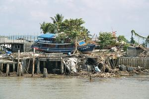 Baan Nam Kem. Båtar spolades i flera fall långt upp på land.
