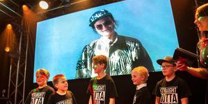Karin Park hade skickat en videohälsning men barnen från Djura var på plats i Falun på  Falun Bowling & Krog för att ta emot priset.