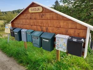 Postlådorna i Svedja, Harmånger har fått ny inramning. Foto: Eva Andersson