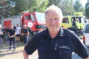 Räddningsledare Geir Arne Haugen framför kollegor och räddningsfordon på Storsands camping i Östavall.