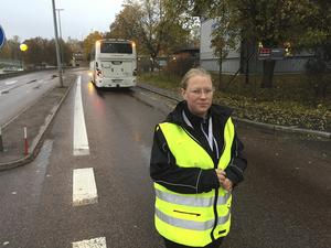Sanda Johansson, trafikledare vid bussterminalen, sprang ut och började dirigera norrgående riksvägstrafik in på stadsgatorna.