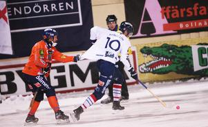 Per Hellmyrs försöker få grepp på Daniel Liw när Edsbyns vann säsongens första derby på Sävståas med 6–3.