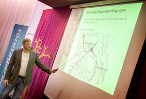 Tore Åberg, gatuchef i Östersunds kommun, visar olika tänkbara trafiklösningar för Lillänge.