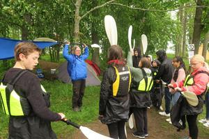 Kersti Beck Larsson från Friluftsfrämjandet instruerade elever hur man paddlar kajak.