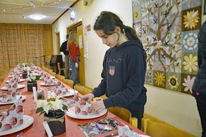 Isabella Keyrouz, 12 år, lägger sista handen vid servetterna.