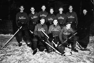 Karlslunds IF:s ishockeylag 1941-42. Ett ishockeylag bestod på den tiden av nio spelare: målvakt och två backar som spelade hela matchen samt en A- och en B-kedja. Stående från vänster: Stig Jonsson, Rune