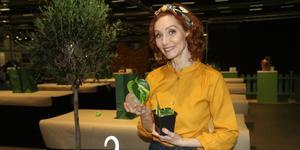 """Linda Schilén är trädgårdsmästare, författare och växtexpert som syns bland annat i  """"Nyhetsmorgon"""" på TV 4. På mässan Nordiska trädgårdar i Älvsjö presenterade hon bland annat Årets pelargon och höll i  fullbokade workshops under flaggen Blomlabbet."""