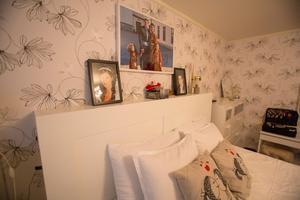 Sovrummet är ljust med bröllopsfotot på väggen.