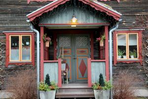 Dörrar och fönster blir som färgglada smycken mot järnvitriolen.