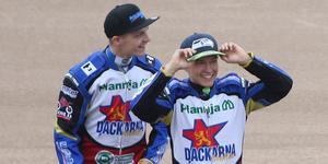 Oliver Berntzon (höger) kommer få köra hela GP-tävlingen i Hallstavik som wildcard. Här med lagkamraten i Dackarna, Jacob Thorssell.
