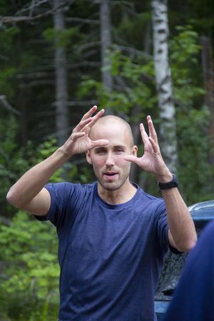 Som ett projekt har Lars Ljung hållit i Suifs fysträning. Han instruerar han pingisspelarna innan ett pass.