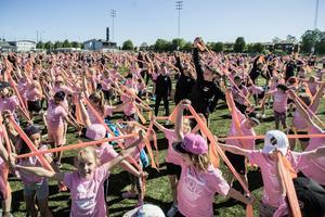 560 deltagare värmde under tisdagen upp med gummiband.