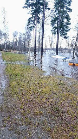 Grillplatsen vid Lönern Fisketurism är helt översvämmad.