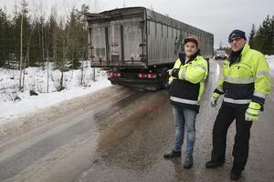 Joakim Elvegard och hans chef Roger Hammarstrand vid Ludvikaåkeriet berättar att ekipaget var nära att hamna i diket i den svåra halkan som rådde på länsväg 245.