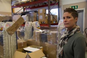 På lagret står kompletta utrustningar packade och klara för leverans.