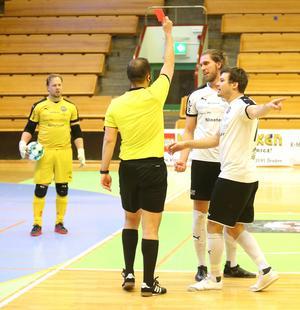 ÖSK:s målspruta och landslagsspelare Simon Blomqvist blev utvisad i 17:e minuten.